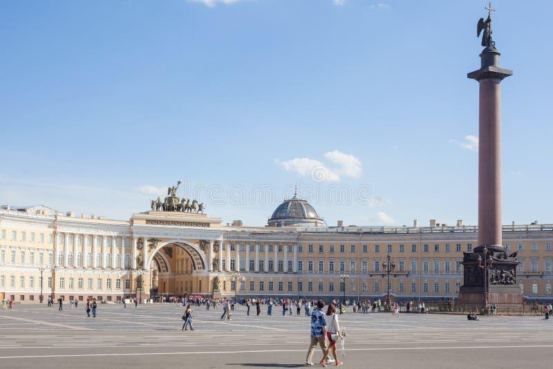Τουρίστες που περπατούν στο τετράγωνο παλατιών στην Αγία Πετρούπολη στοκ εικόνα