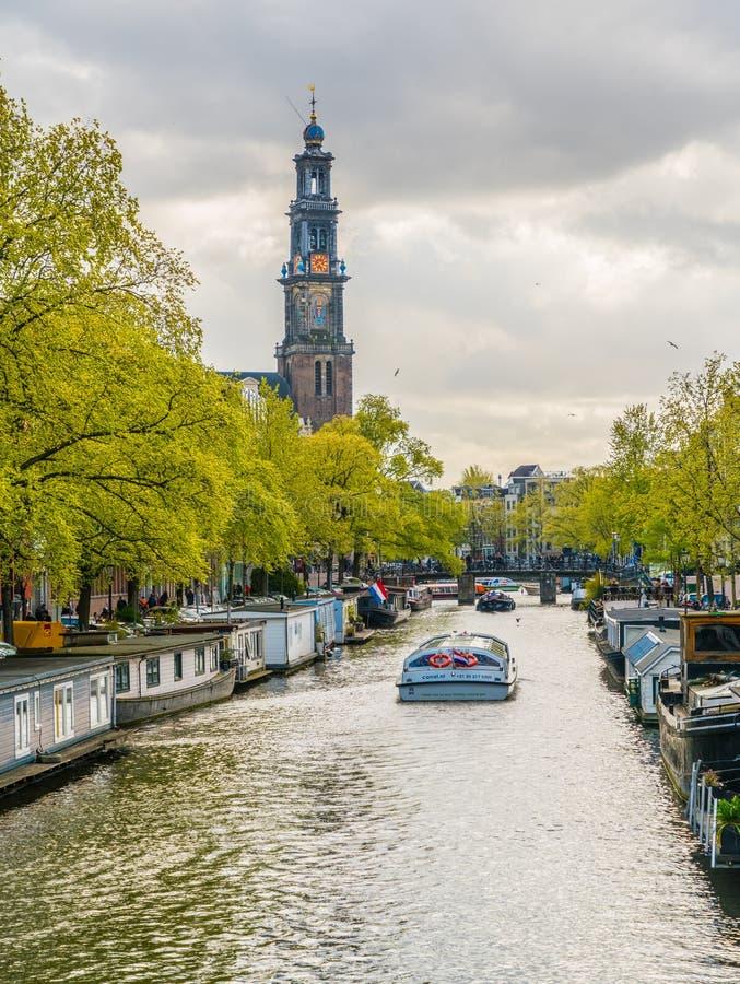 Τουρίστες που πλέουν σε μια βάρκα καναλιών στο Prinsengracht που περνά το Westertoren στοκ φωτογραφίες με δικαίωμα ελεύθερης χρήσης