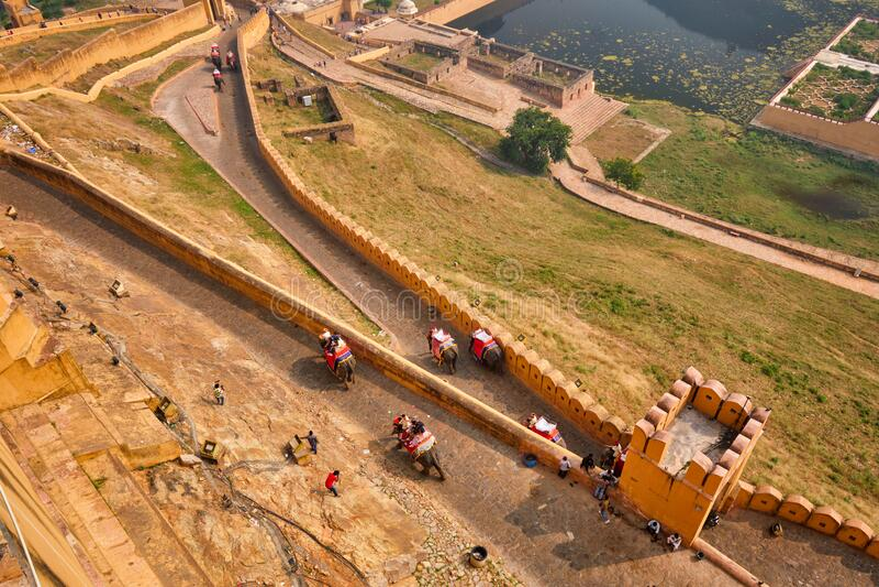 Τουρίστες που ταξιδεύουν με ελέφαντες μέχρι το οχυρό Αμέρ στοκ φωτογραφίες με δικαίωμα ελεύθερης χρήσης