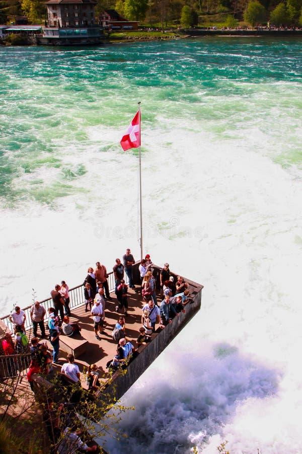 Τουρίστες σε Rheinfall, Ελβετία 1 στοκ εικόνες