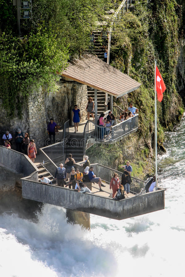 Τουρίστες σε Rheinfall, Ελβετία 3 στοκ φωτογραφίες