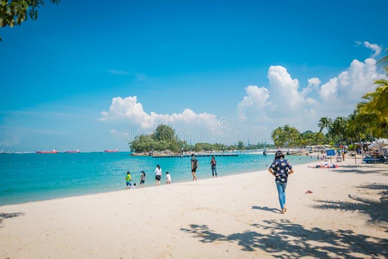Τουρίστες στην παραλία Siloso, νησί Sentosa, Σιγκαπούρη στοκ εικόνες