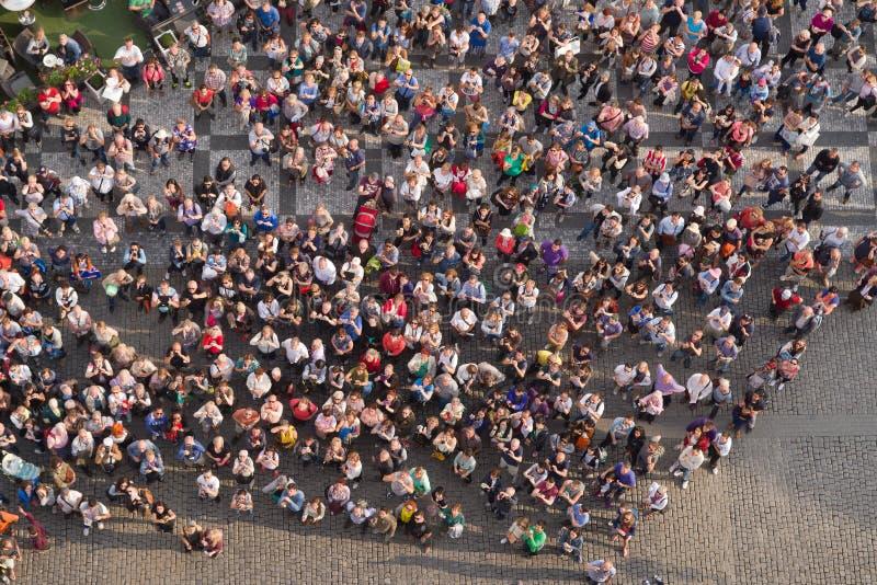 Τουρίστες στην παλαιά πλατεία της πόλης της Πράγας στοκ φωτογραφία
