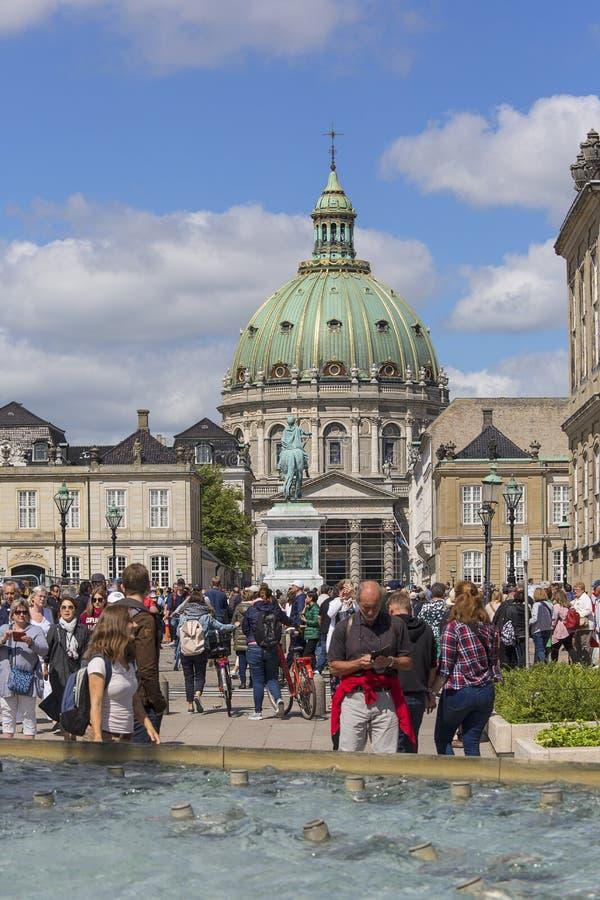 Τουρίστες στην πηγή Amaliehaven, τη μαρμάρινα εκκλησία και το άγαλμα του βασιλιά Frederik V, Κοπεγχάγη, Δανία στοκ φωτογραφίες με δικαίωμα ελεύθερης χρήσης