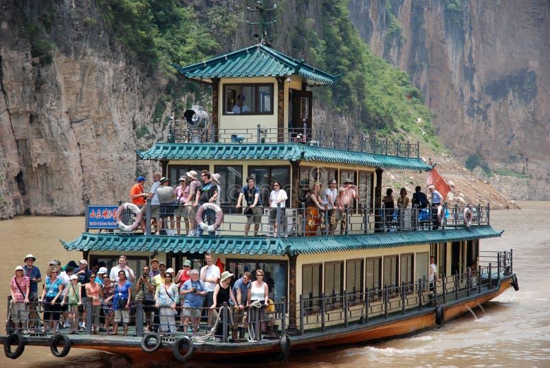 Τουρίστες στη βάρκα gulches Qutang σε τρία φαράγγια στον ποταμό yangtze στοκ φωτογραφίες