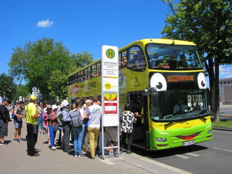 Τουρίστες στη Βιέννη, τουριστικό αστικό λεωφορείο, πλήθος των ανθρώπων στη στάση στοκ εικόνα με δικαίωμα ελεύθερης χρήσης