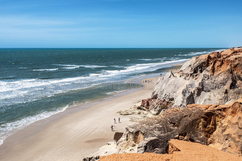 Τουρίστες στη δύσκολη παραλία στοκ φωτογραφία με δικαίωμα ελεύθερης χρήσης