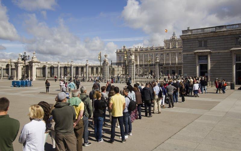 Τουρίστες στη Royal Palace στη Μαδρίτη, Ισπανία στοκ εικόνες