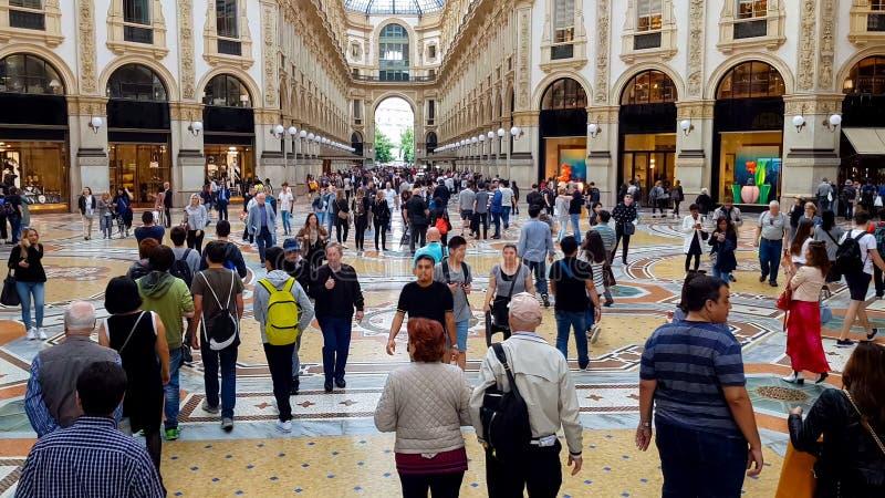 Τουρίστες στις διάσημες αγορές Galleria, τουρίστας πολυτέλειας σύνθετος, τάσεις μόδας στοκ εικόνες με δικαίωμα ελεύθερης χρήσης