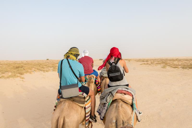 Τουρίστες στις καμήλες στην έρημο Σαχάρας στοκ εικόνα με δικαίωμα ελεύθερης χρήσης