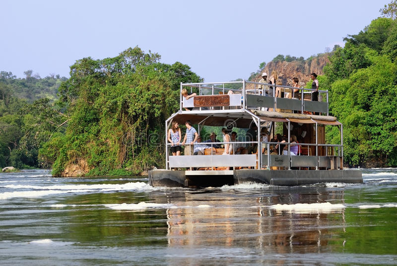 Τουρίστες στον άσπρο ποταμό του Νείλου στην Ουγκάντα στοκ εικόνα