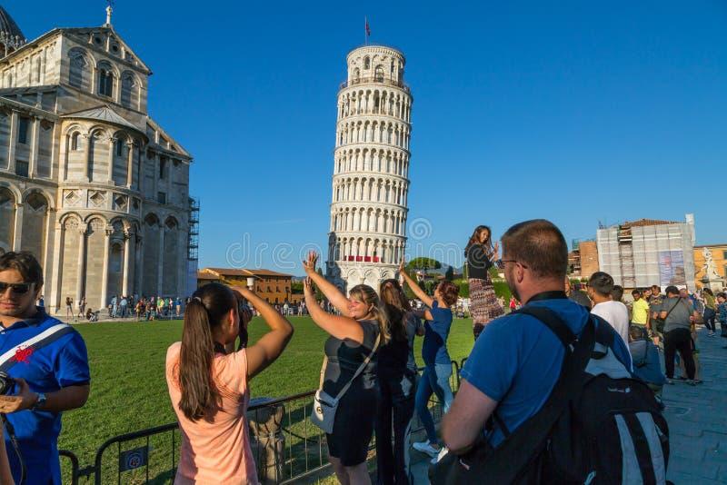 Τουρίστες στον κλίνοντας πύργο της Πίζας στοκ φωτογραφία