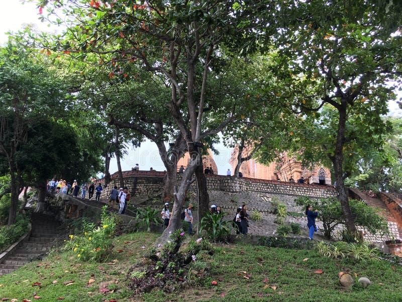 Τουρίστες στον πύργο ναών Ponagar Cham σε Nha Trang, Βιετνάμ στοκ εικόνες με δικαίωμα ελεύθερης χρήσης