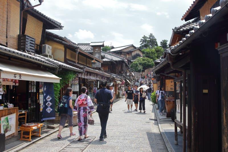 Τουρίστες στους πέτρινος-στρωμένους δρόμους Ninenzaka και Sannenzaka στο Κιότο στοκ φωτογραφία με δικαίωμα ελεύθερης χρήσης