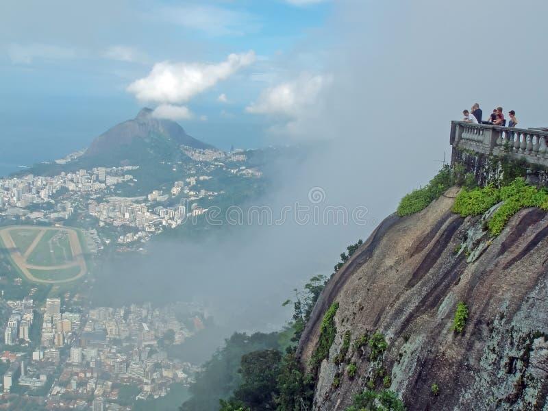 Τουρίστες στο βουνό Corcovado στοκ φωτογραφίες
