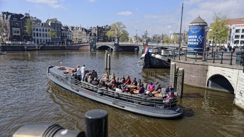 Τουρίστες στο κανάλι, Άμστερνταμ, Ολλανδία στοκ φωτογραφίες με δικαίωμα ελεύθερης χρήσης