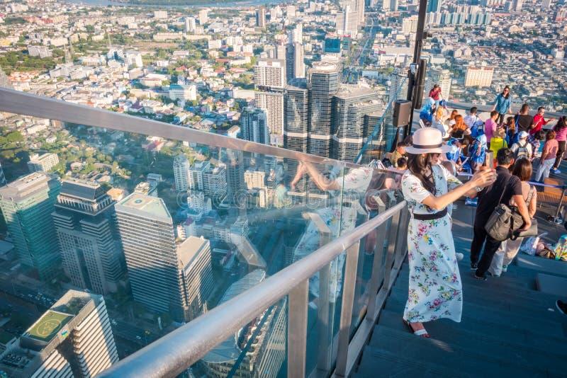 Τουρίστες στο κτήριο Mahanakorn δύναμης βασιλιάδων στη 78η κορυφή στεγών πατωμάτων στη Μπανγκόκ, Ταϊλάνδη στοκ φωτογραφία με δικαίωμα ελεύθερης χρήσης