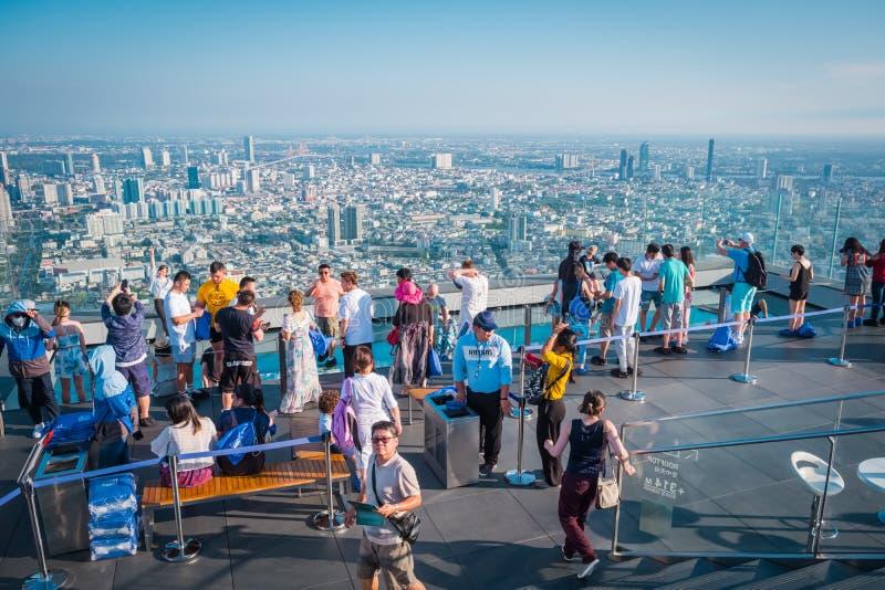 Τουρίστες στο κτήριο Mahanakorn δύναμης βασιλιάδων στη 78η κορυφή στεγών πατωμάτων στη Μπανγκόκ, Ταϊλάνδη στοκ φωτογραφίες
