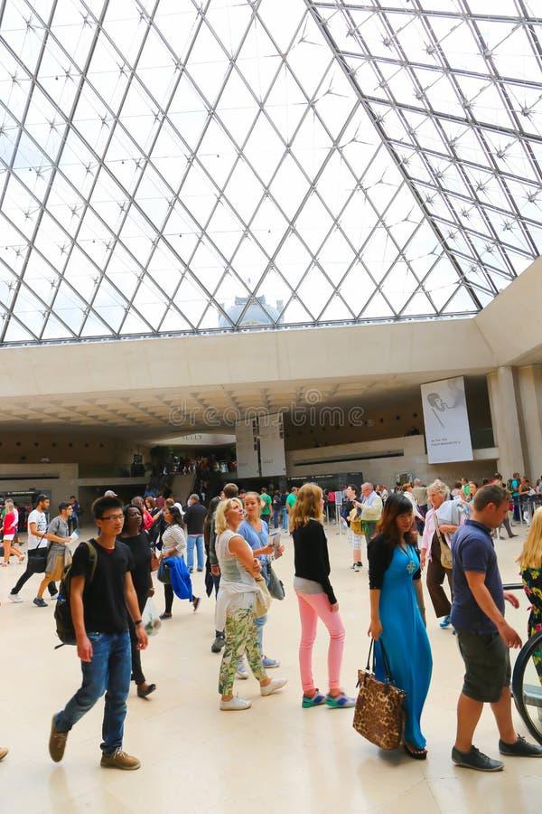 Τουρίστες στο Λούβρο, Παρίσι στοκ φωτογραφία με δικαίωμα ελεύθερης χρήσης