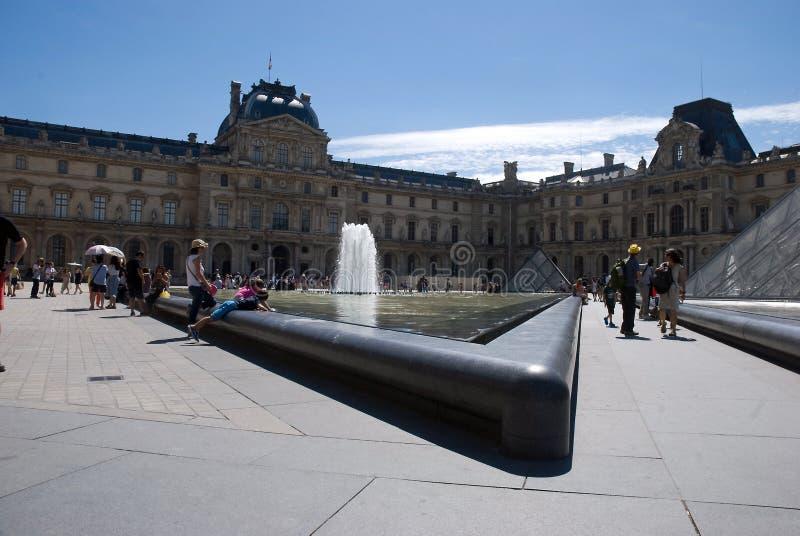 Τουρίστες στο Λούβρο Παρίσι στοκ εικόνα
