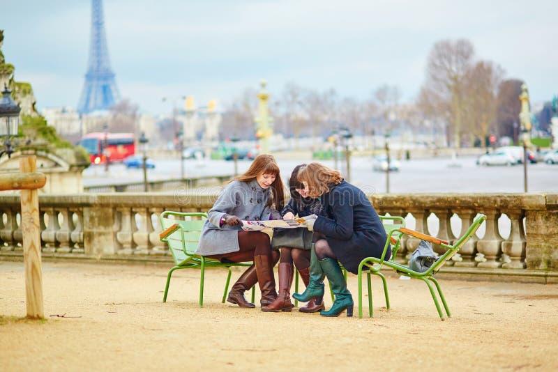 Τουρίστες στο Παρίσι που προγραμματίζουν το ταξίδι τους στοκ εικόνες