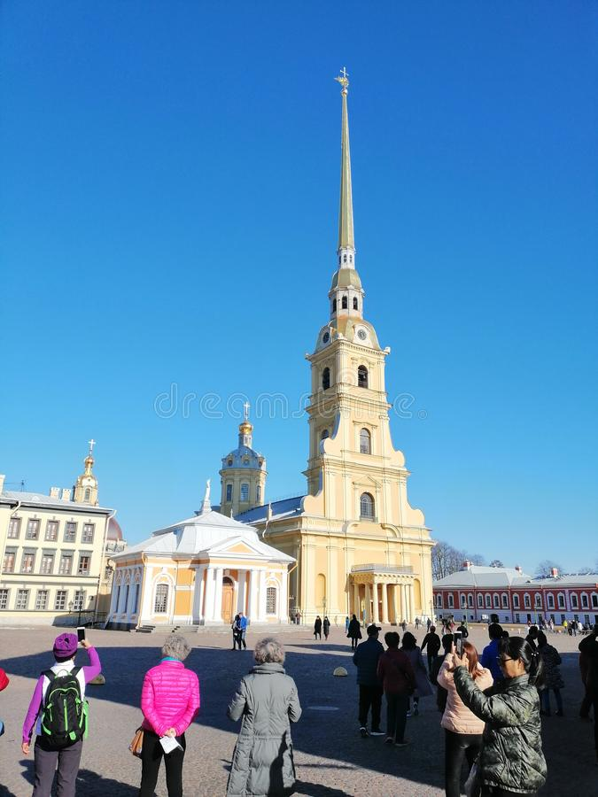 τουρίστες στο τετράγωνο καθεδρικών ναών που φωτογραφίζει τις θέες στοκ φωτογραφία με δικαίωμα ελεύθερης χρήσης