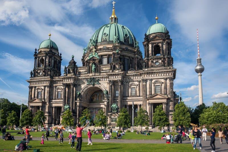 Τουρίστες στο χορτοτάπητα μπροστά από τον καθεδρικό ναό του Βερολίνου στοκ φωτογραφία με δικαίωμα ελεύθερης χρήσης