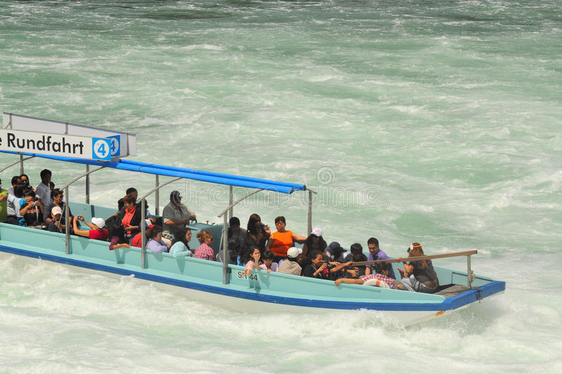 Τουρίστες στο Rhinefalls στοκ φωτογραφία με δικαίωμα ελεύθερης χρήσης