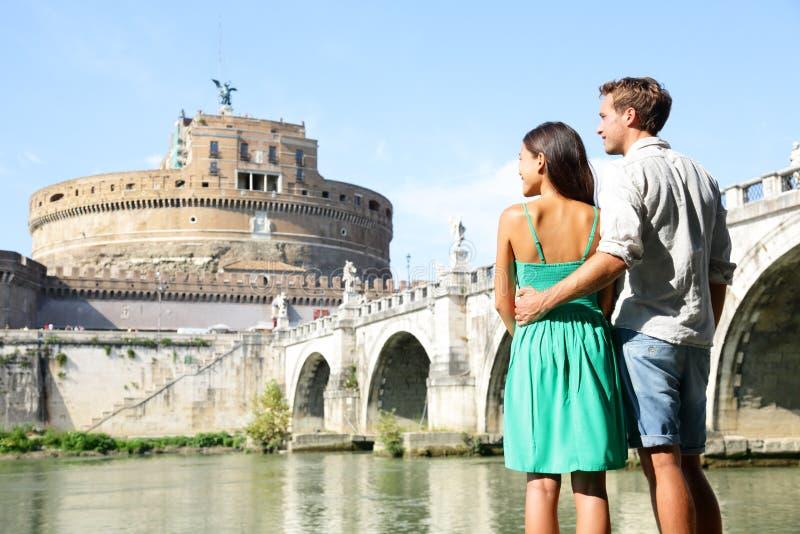 Τουρίστες ταξιδιού της Ρώμης από Castel Sant'Angelo στοκ εικόνες