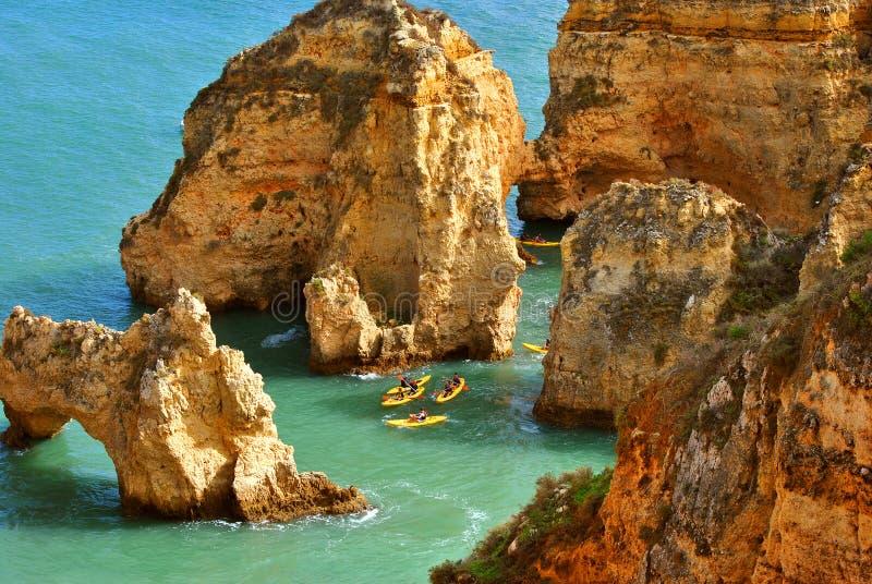 Τουρίστες DA Piedade Ponta που μέσω των θεαματικών σχηματισμών βράχου στοκ εικόνα με δικαίωμα ελεύθερης χρήσης