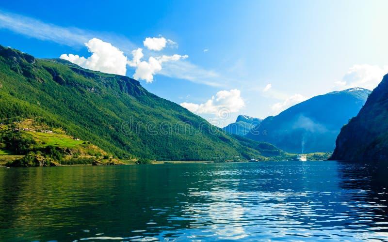 Τουρισμός και ταξίδι βουνά Νορβηγία φιορδ στοκ φωτογραφία