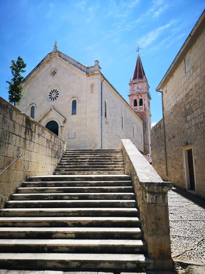 Τουρισμός Στην Κροατία / Νήσος Μπρατς / Καθολική Εκκλησία Στην Ποστίσα στοκ εικόνα