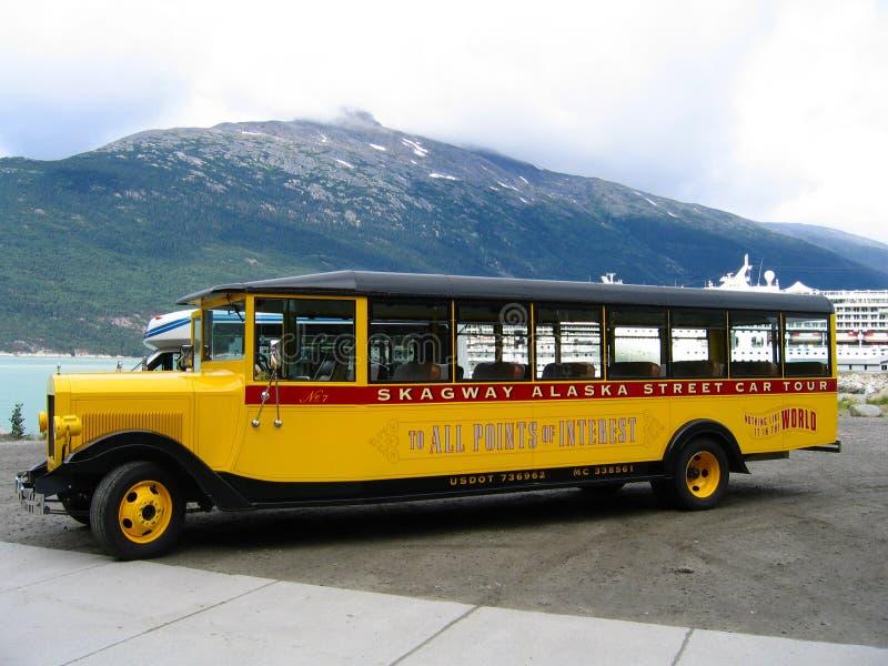 Τουριστηκό λεωφορείο αυτοκινήτων οδών της Αλάσκας Skagway στο λιμάνι Skagway στην Αλάσκα στοκ εικόνα με δικαίωμα ελεύθερης χρήσης