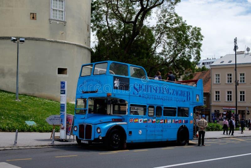 Τουριστηκό λεωφορείο επίσκεψης του Ζάγκρεμπ Ευρωπαϊκός τουριστικός προορισμός ταξιδιού στοκ εικόνες