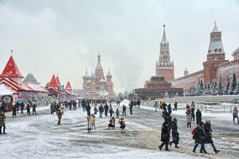 Τουριστικά αξιοθέατα στην κόκκινη πλατεία στις βαριές χιονοπτώσεις στοκ φωτογραφίες