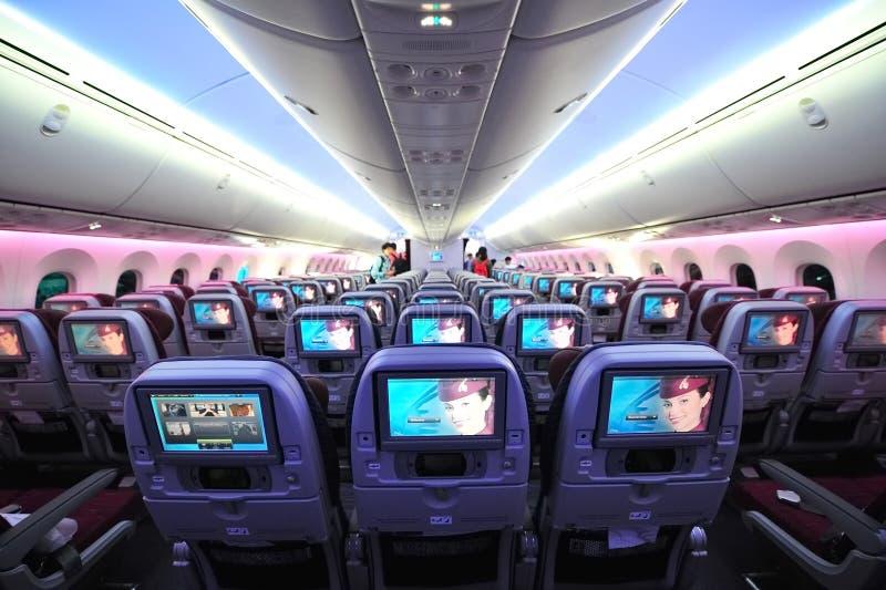 Τουριστικής θέσης καμπίνα του Boeing 787-8 Dreamliner των εναέριων διαδρόμων του Κατάρ στη Σιγκαπούρη Airshow στοκ εικόνες