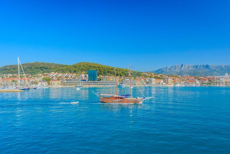 Τουριστική επίσκεψη από τη βάρκα, πόλη της διάσπασης στοκ φωτογραφία με δικαίωμα ελεύθερης χρήσης