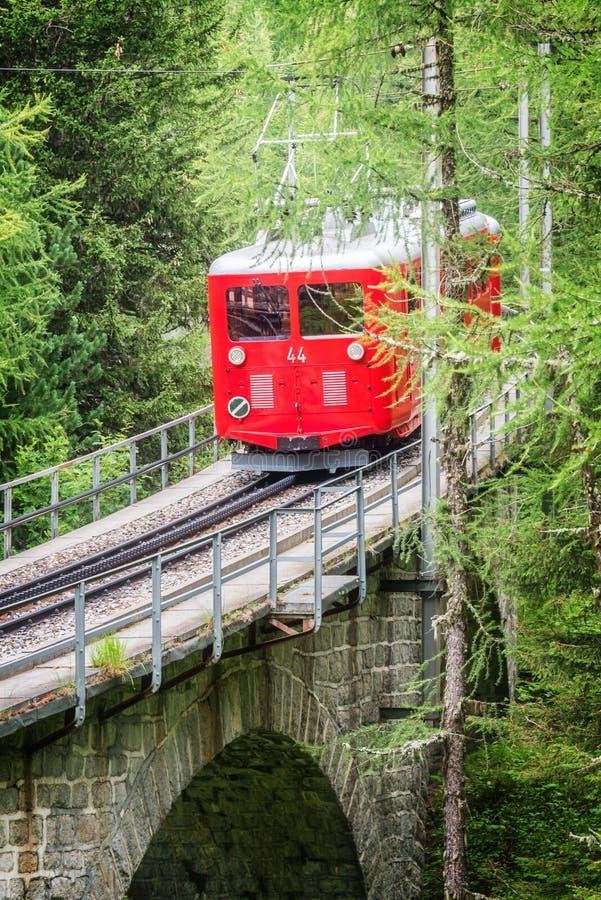 Τουριστικό κόκκινο τραίνο Montenvers, που πηγαίνει από Chamonix Mer de Glace, ορεινός όγκος Γαλλία της Mont Blanc στοκ εικόνα