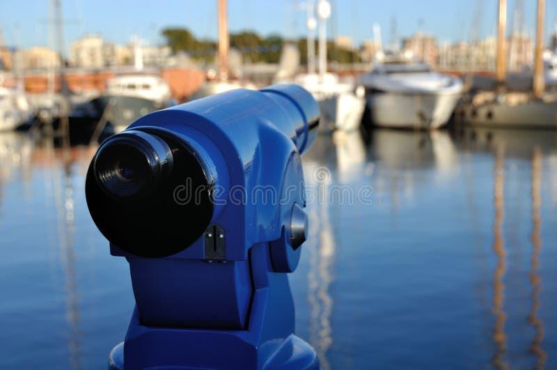 Τουριστικό τηλεσκόπιο στο λιμένα της Βαρκελώνης στοκ εικόνα με δικαίωμα ελεύθερης χρήσης