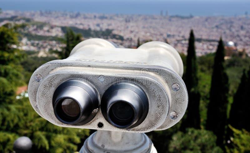 Τουριστικό τηλεσκόπιο με την άποψη της Βαρκελώνης στοκ εικόνα