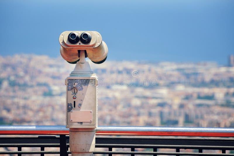Τουριστικό τηλεσκόπιο με την άποψη της Βαρκελώνης στοκ εικόνα με δικαίωμα ελεύθερης χρήσης