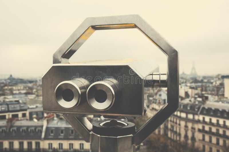 Τουριστικό τηλεσκόπιο πέρα από το Παρίσι, Γαλλία στοκ φωτογραφίες