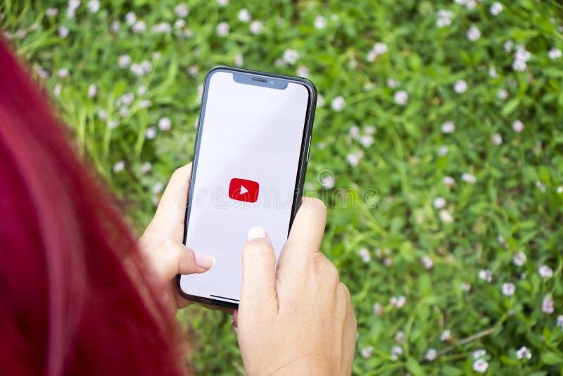 Τουρκία, Ιστανμπούλ - 15 Σεπτεμβρίου 2018: Χέρια στην εμπειρία σε Youtube Αίτηση επανεξέτασης Youtube Παρουσίαση Youtube στο mobi στοκ εικόνα με δικαίωμα ελεύθερης χρήσης