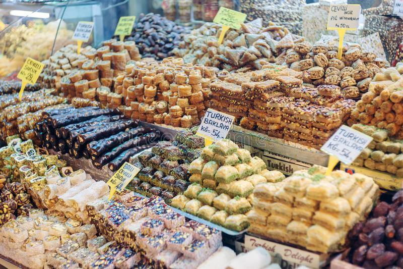 Τουρκικά γλυκά στον Αιγύπτιο bazaar Κωνσταντινούπολη Τουρκία στοκ εικόνα