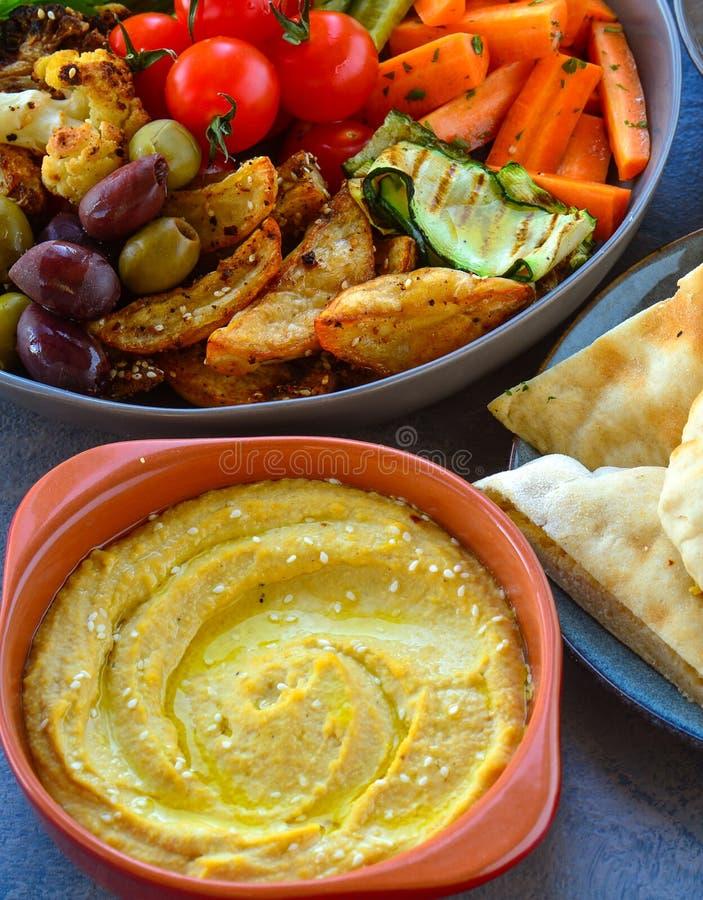 Τουρκικά κύπελλα πιατελών του ψωμιού pita, hummus και ψημένος στη σχάρα veggies στοκ εικόνες