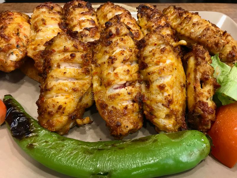 Τουρκικά φτερά κοτόπουλου ύφους πικάντικα Kebab/Kebap που εξυπηρετείται στο εστιατόριο στοκ φωτογραφίες