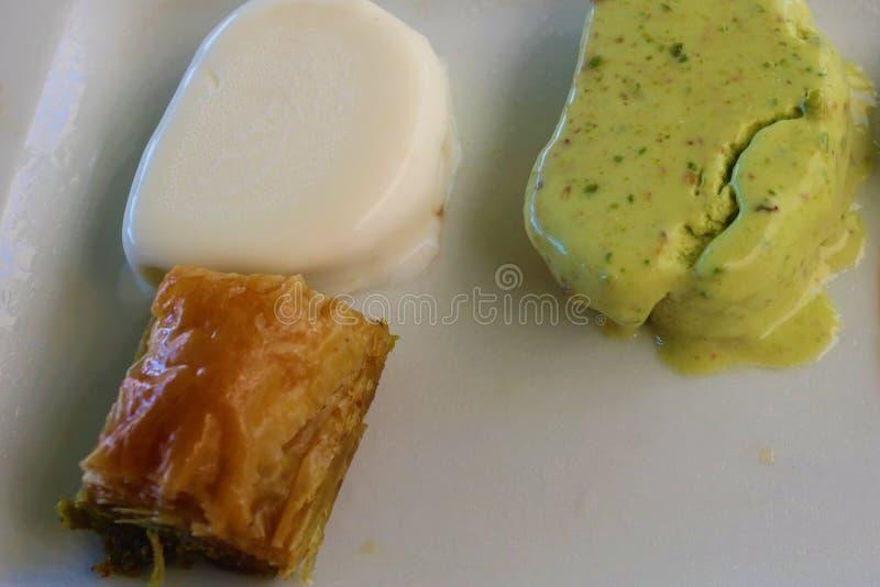 Τουρκικά baklava και παγωτό επιδορπίων με τη βανίλια, φυστίκι στοκ εικόνα με δικαίωμα ελεύθερης χρήσης