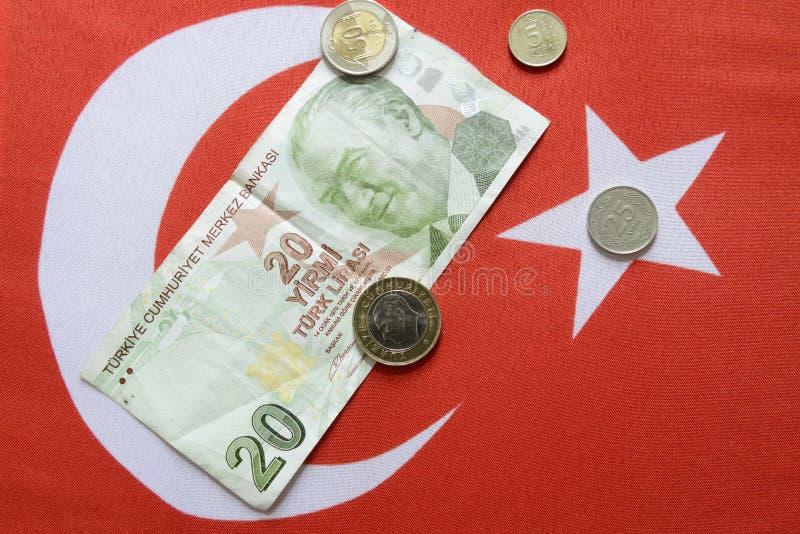 Τουρκική λιρέτα εθνικού νομίσματος στην τουρκική σημαία στοκ εικόνα