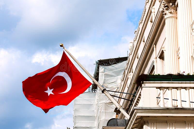 Τουρκική σημαία που κυματίζει από το μπαλκόνι πρεσβειών μπροστινή είσοδο άποψης του Λονδίνου στην εξωτερική υπαίθρια στοκ φωτογραφία