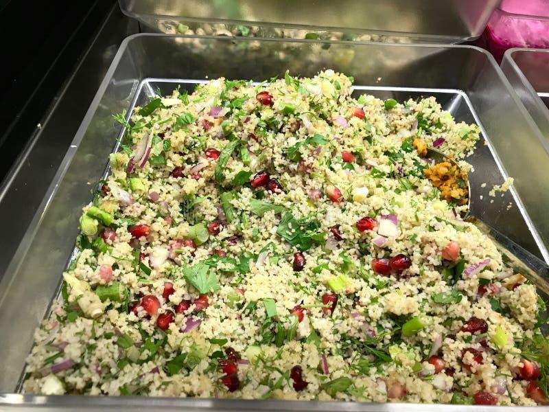 Τουρκική Bulgur σαλάτα με τους σπόρους ροδιών στο φραγμό σαλάτας/τα οργανικά τρόφιμα Bulghur Tabbouleh στοκ φωτογραφία